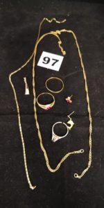 Lot casse: 1 alliance cabossée, 1 bague ornée de 3 pierres roses,1 pendentif bicolore orné de 3 petites pierres , 1 boucle clou d'oreille réhaussée d'une pierre rose, 2 cchaines cassées, 1 clou d'oreille motif dauphin sans poussoir et 1 bague sectionnée. Le tout en or. PB 12,1g