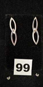 2 Pendants d'oreilles en or gris en forme de navette articulée (L 4,5cm, sans poussoir, 1 cabossée). PB 2g et 2 poussoirs de clous d'oreilles en alliage 585/1000 (14k). PB 0,2g