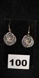 2 Boucles d'oreilles bicolores motif rosace en or gris ( L 4cm). PB 5,3g