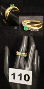 1 Bague en or jaune réhaussée de petits diamants et pierre verte (TD 58). PB 4,5g
