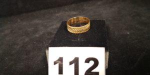 1 Alliance en or ciselée d'un motif en épi (TD 61). PB 4,1g