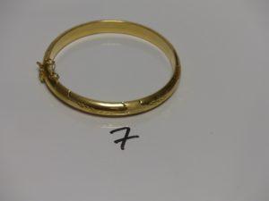 1 bracelet rigide ouvragé et ouvrant en or (diamètre 6cm, avec sécurité). PB 15,4g