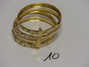 4 bracelets ouvragés en or semi-rigides creux et fragiles (cabossés)avec barette. PB 24,2g