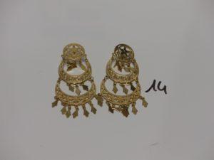 1 paire de pendants en or à décor floral et ornés de pampilles. PB 11g