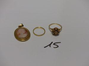1 pendentif serti-griffes un camée, 1 alliance (Td51) et 1 bague ornée de petits diamants (Td56). PB 8,9g