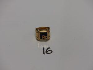 """1 chevalière en or motif central orné d'un onyx cassé et gravé """"RC""""(Td58). PB 8,2g"""