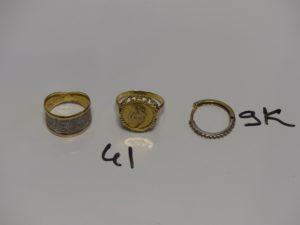2 bagues en or : 1 bicolore en or poli et granité (Td56) 1 rehaussée d'un motif ouvragé (Td57). PB 4,6g et 1 boucle cassée ornée de petites pierres en alliage 9K. PB 1,4g