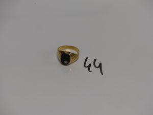 1 chevalière en or rehaussée d'un onyx ornée d'un petit diamant (Td55). PB 3,5g