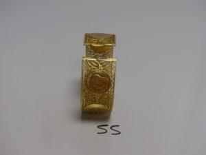 1 bracelet large en or articulé à motifs filigranés et sertie de 6 souverains George V (diamètre 6,5cm, ne se ferme pas, manque lanquette). PB 58,3g