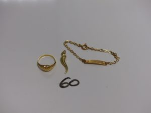 1 bague ouvragée (Td50) 1 pendentif corne et 1 bracelet identité gravée (L12cm). Le tout en or. PB 3,6g