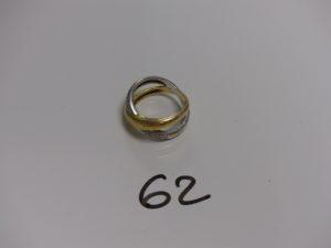 1 bague monture bicolore en or ornée de petits diamants (Td60). PB 8,6g