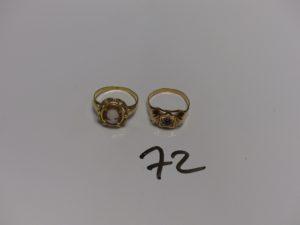 2 bagues en or : 1 sertie d'un camée (Td55) et 1 bicolore ornée d'une petite pierre rouge (Td55). PB 5,4g