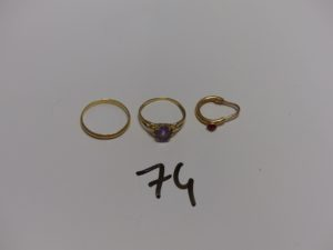 1 alliance en or (Td53) 1 bague en or ornée d'une pierre violette (Td52) et 1 petite boucle en or ornée d'une pierre ro uge cabochon. PB 4,1g