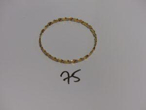 1 bracelet rigide torsadé en or à motif floral (diamètre 6,8cm). PB 13,4g