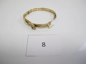 1 Bracelet en or ouvrant à décor de serpent orné d'une pierre bleue(motif cabossé)(D6,6cm).PB 15,9 g.