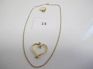1 Pendentif en or motif coeur,1 bague enor rehaussée d'une pierre bleue claire (TD52),1 chaine en or maille fantaisie (L44cm).PB 7,3g.