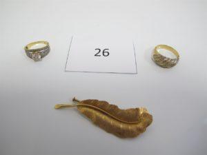 1 Broche en or à décor de feuille(H6cm) 1 bague en or rehaussée d'une pierre blanche et entourage petites pierres(TD 55),1 bague 2 ors(TD59).PB 14,4g.