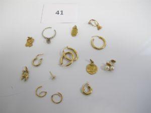 1 Lot de bijoux en or cassés et usagés composés de ( 2 créoles,1 médaille,1 créole,2 boucles perles,1 bague or gris ornée de petits diamants corps brisé,2 créoles ciselées,1 pendentif motif scarabée,1 pendentif parchemin,2 dormeuses,1 pendentif à décor d'un chameau,1 boucle,1 créole ciselée,1 créole).PB 11,4g.