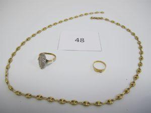 1 Lot de bijoux en or cassés composé d'une chaine maille grains de café,1 marquise corps brisé et pavée de petits diamants,1 bague type chevalière d'enfant.PB 15,4g.