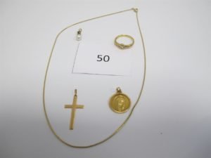 1 Collier en or maille fil (L42cm),1 médaille en or de la vierge,1 croix en or,1 bague en or type solitaire avec un diamant central sertie clos et entouré de six petits diamants(TD56),1 pendentifen or rehaussé d'une perle blanche. PB 12,4g.