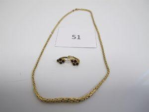 1 Collier en or maille palmier en dégradée(L36cm),2 dormeuses en or rehaussées de pierres bordeaux.PB10,2g.