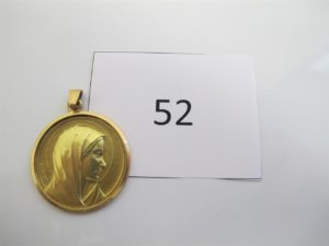 1 Médaille en or à décor de la vierge. PB 13g.