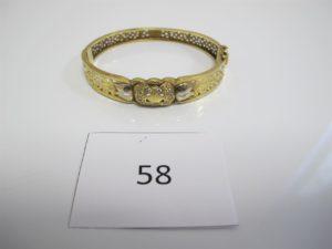 1 Bracelet en or ouvrant ajouré motif central pavé de pierres blanches(D7cm). PB 19,7g.
