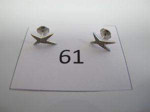 2 boucles clous d'oreilles en or gris ornées de diamants signées MAUBOUSSIN. PB 1,84g.