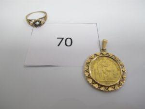 1 Pendentif en or rehaussé d'une pièce en or 22 k de 20frs serti avec griffes,1bague en or chaton vide(manque pierre). PB 11,2g.