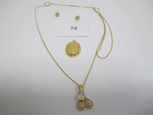 1 Pendentif en or boitier,1 collier alliage 14 k motifs coulissants orné de pierres blanches(L44cm),2 boucles boulesen or usagées manque accroches.PB total 15,4g (or = 5,2g//Alliage 14k = 10,2g).