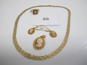 1 Collier 3 ors tréssé(L40cm),1 bague en or pavée de pierres roses et rouges (TD58),1 pendentif en or à décor de camée,2 pendants en or à décor de camée.PB 15,4g.