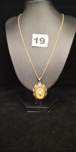1 Pendentif ajouré orné d'une perle élimée et 1 chaine maille forçat (L50cm) .Le tout en or. PB 11,8g