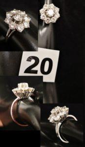 1 Bague marguerite en or blanc sertie d'un beau diamant central, entouré de 8 diamants (TD 50). PB 5,5g