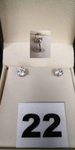 2 Boucles, 1 paire de puces d' oreilles en or gris sertie de diamants, monture Alpa. PB 2,1g