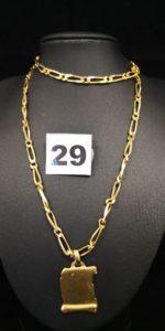 1 Chaine large en maille alternée (L42 cm) et 1 pendentif motif parchemin. Le tout en or. PB 27g