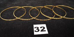 5 Bracelets en or rigides, fins, décorés (diam 6,2cm). PB 26,8g