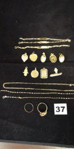 Lot casse: 3 gourmettes enfant, 8 pendentifs, 1 broche, 1 chaine fine, 1 chaine cassée, 1 alliance et 1 bague. Le tout en or. PB 13,4g