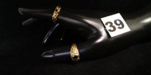 1 Bague motif tressé ajouré orné d'une pierre bleue et 1 bague réhaussée d'une pierre bleue ovale épaulée de 8 petits diamants (TD 53). Le tout en or. PB 6,7g