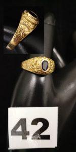 1 Chevalière universitaire en or réhaussée d'une pierre bleue sur décor équestre (TD 65). PB 6,1g