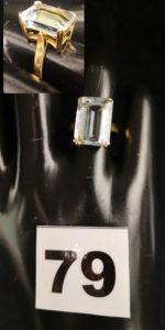 1 Bague en or ornée d'une grosse pierre bleue pâle (TD 50). PB 4,9g