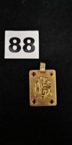 """1 Pendentif plaque en or caligraphié """" GG"""" et orné de 3 pierres rouges ( 2x3cm, 1 chaton vide). PB 12,5g"""
