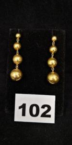 2 Pendants d'oreilles boules en or ( L 4,5cm, manque 1 poussoir). PB 8,9g
