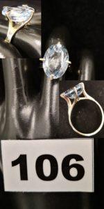1 Bague en or gris ornée d'une pierre ovale de couleur bleue pale (TD 51). PB 4,4g