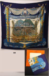 """1 Foulard HERMES, dans sa boite, en soie , taché, dans les tons bleus et or """" Atlantide"""" (Dim 88x87cm)."""