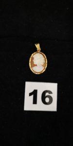 1 camée en pendentif avec contour en or (L 2,7cm). PB 2,4g