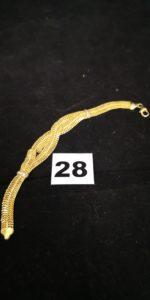 1 Bracelet en or fait de 5 rangées de mailles assemblées cassé à 2 endroits et ornée de petites pierres blanches PB 6,8g ER.