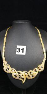 1 Collier en or maille articulée motif feuillage orné de pierres blanches (L 44cm) soudure bas titre, fermoir tordu. PB 32,6g