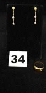 1 Bague enfant (TD 43) et 2 pendants d' oreilles bicolore décorés de boules et chaînettes (L 2,5cm). Le tout en or. PB 2,3g