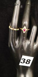 1 Bague réhaussée de 3 petites pierres (TD 56) et 1 bague ornée de pierres vertes et de petits diamants (chatons vides TD 53). Le tout en or. PB 3,9g
