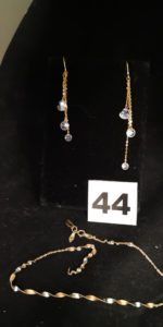 1 Bout de chaine en maille torsadée étirée et 2 pendants d'oreilles ornés de pierres en pampilles (L6cm). Le tout en or. PB 2,8g